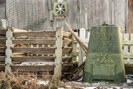 Geschlossener Kompost neben offenem Kompost