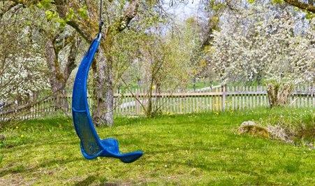 Hängematte mit Gestell im Garten