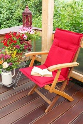 Eine Leseecke auf dem Balkon - dekoriert mit einer Blumentreppe